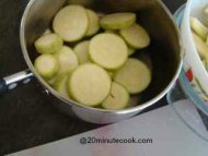 How to cook zucchini - steamed in a pot.
