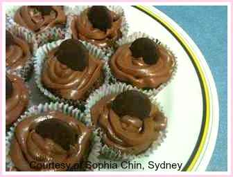 Make this easy cupcake recipe for thiese beautiful little chocolate cupcakes with chocolate frosting